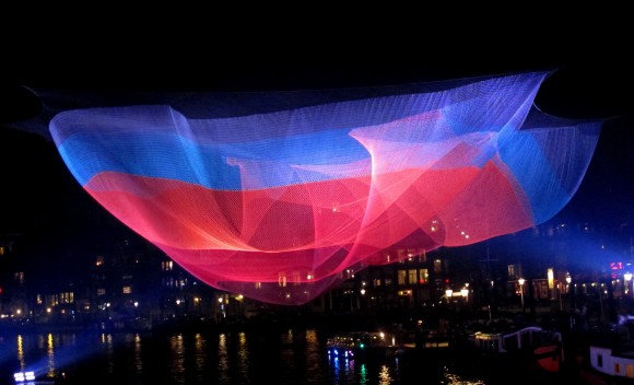 Amsterdam Light Art lichtkunst lichtsculptuur  Janet Echelman Tsunami 1.26 foto Maria Trepp 580x352 Amsterdam Light Festival/ Janet Echelman